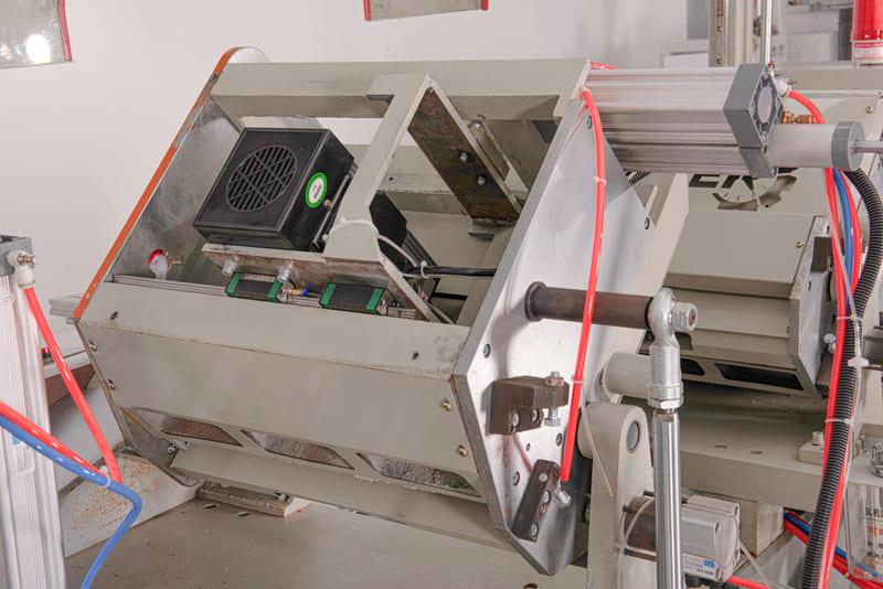 Máy sử dụng motor vuông 3.0Kw và ray vuông dẫn hướng motor