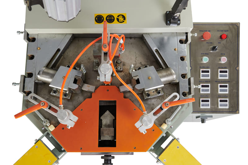 Có chống đảo pha và bộ đổi nguồn 24V. Bảo vệ máy an toàn hơn so với các sản phẩm khác.